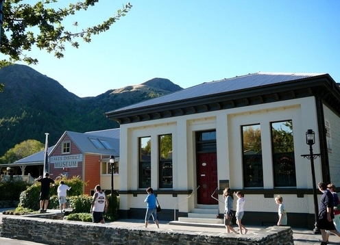 The Lakes District Museum is appropriately set in the former gold mining town of Arrowtown. Recognised as one of the best small museums in New Zealand, the hands on displays portray pre European Maori, European Settlement, the European gold miners and the Chinese Gold miners. Open daily 8.30am-5pm.